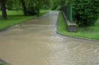 Záplavy v červnu 2013 Voda po komunikaci vtéká do objektu školy