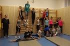 Žákyně tercie a kvarty při cvičení v gymnastickém sále