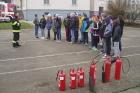 Ukázka hasicích přístrojů na gymnáziu